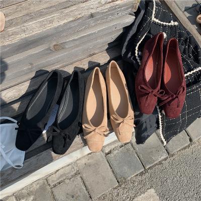 Giày búp bê bằng da lộn kiểu dáng thời trang .