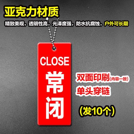 Bảng treo cửa có in chữ thông báo đã đóng cửa hàng .