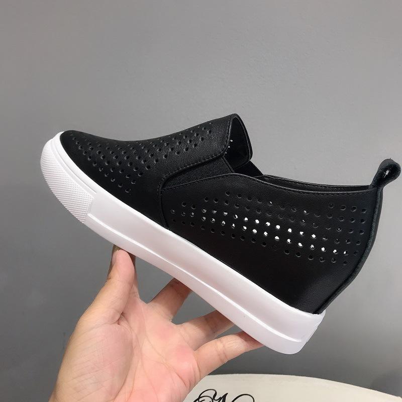 Giày lười phong cách thể thao có tăng chiều cao phía trong .