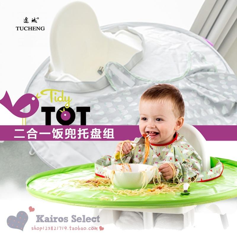 Em bé bé ôm vào thức ăn bẩn, run rẩy như trẻ con đang ăn miếng che lại thảm ăn thịt. chống nước uống