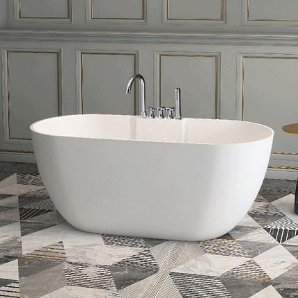 Bồn tắm hình bầu dục màu trắng kiểu dáng đơn giản .