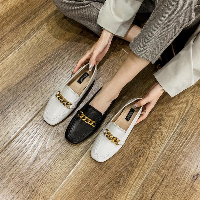 Giày mọi da đế bệt kiểu dáng đơn giản cho phụ nữ .