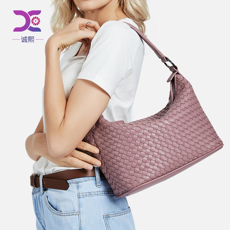 Túi xách đeo vai kiểu dệt đan dành cho nữ .