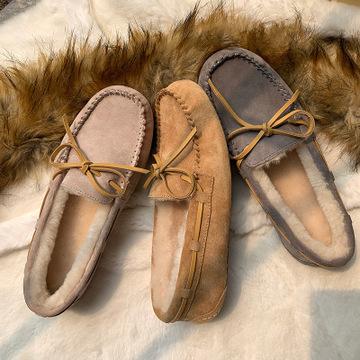 Giày mọi Da cừu có lót lớp lông giữ ấm phía trong .