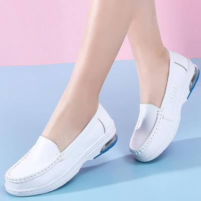 Giày mọi kiểu dáng thể thao với chất da mềm mại .