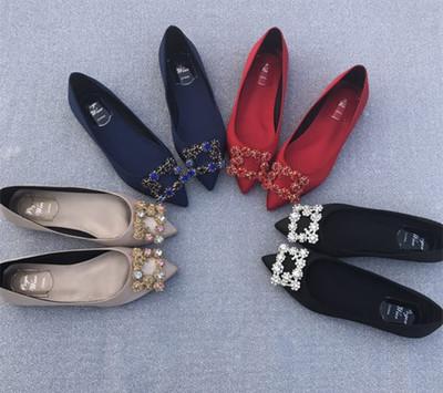Giày búp bê gót thấp với chất liệu vải nhung dành cho nữ .