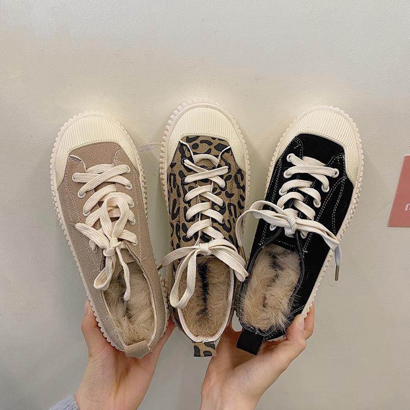 Giày thể thao đế cao kiểu dáng thời trang .