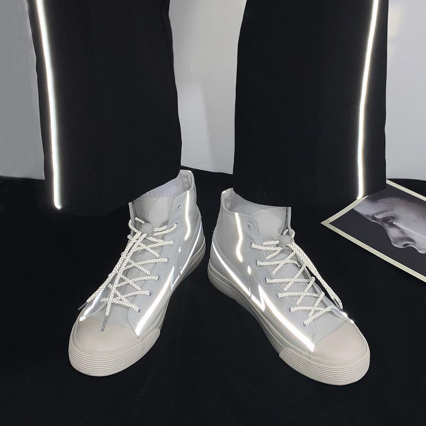 Giày vải phản quang kiểu dáng thể thao cho nam .