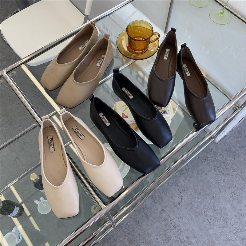 Giày búp bê với chất da mềm dành cho nữ .