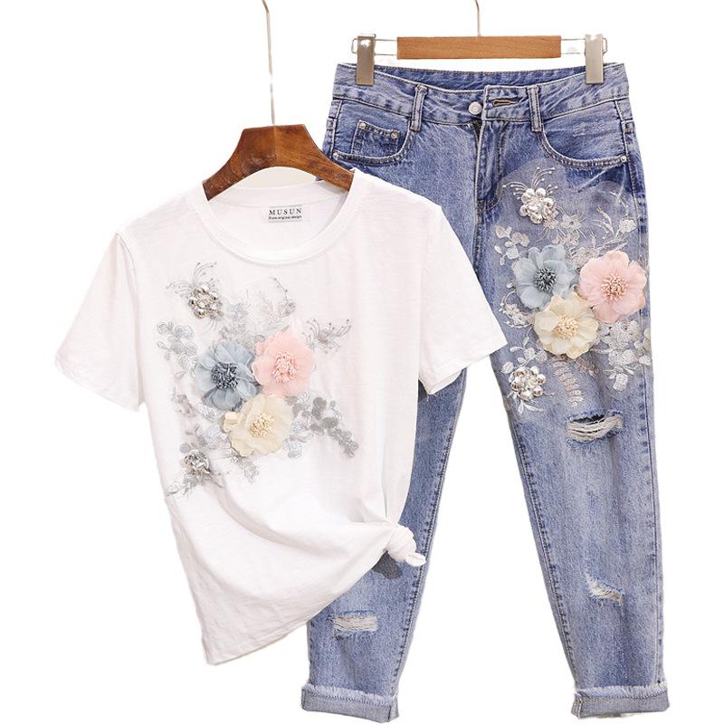 Set đồ denim của phụ nữ gồm : quần jeans thêu hoa + áo thun tay ngắn