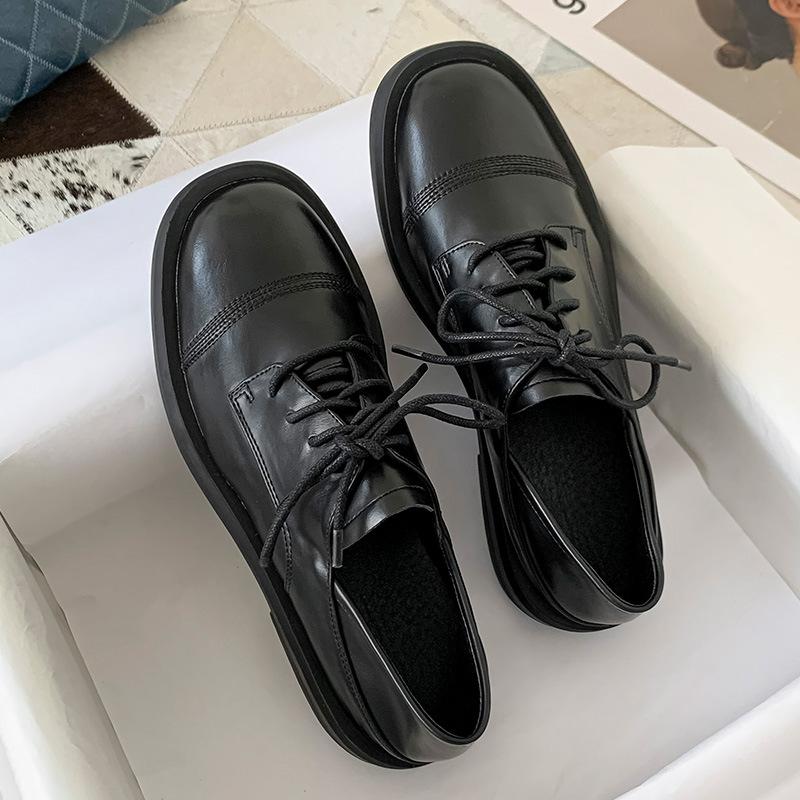 Giày da kiểu dáng retro của Anh với chất da mềm mại .