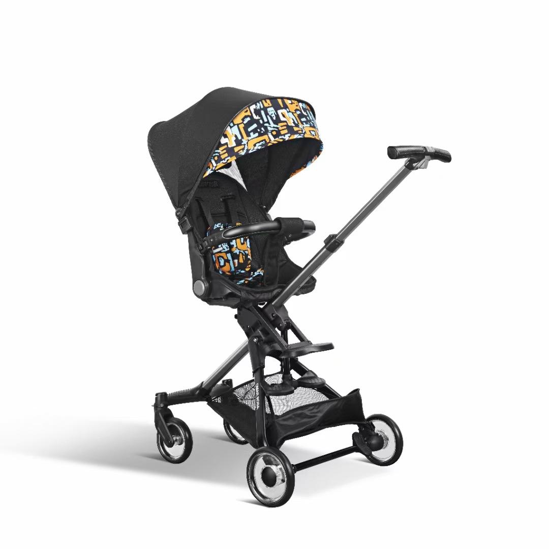 Xe đẩy em bé di động kiểu gấp gọn gàng .
