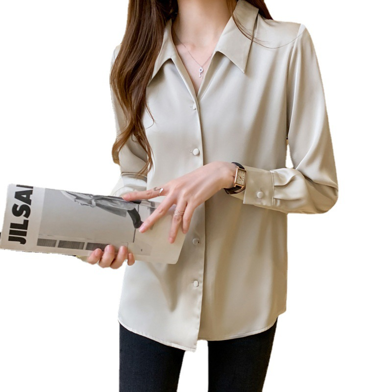 Office workers wear light-skilled women's satin tops and mercerized shirts for interviews in the wo