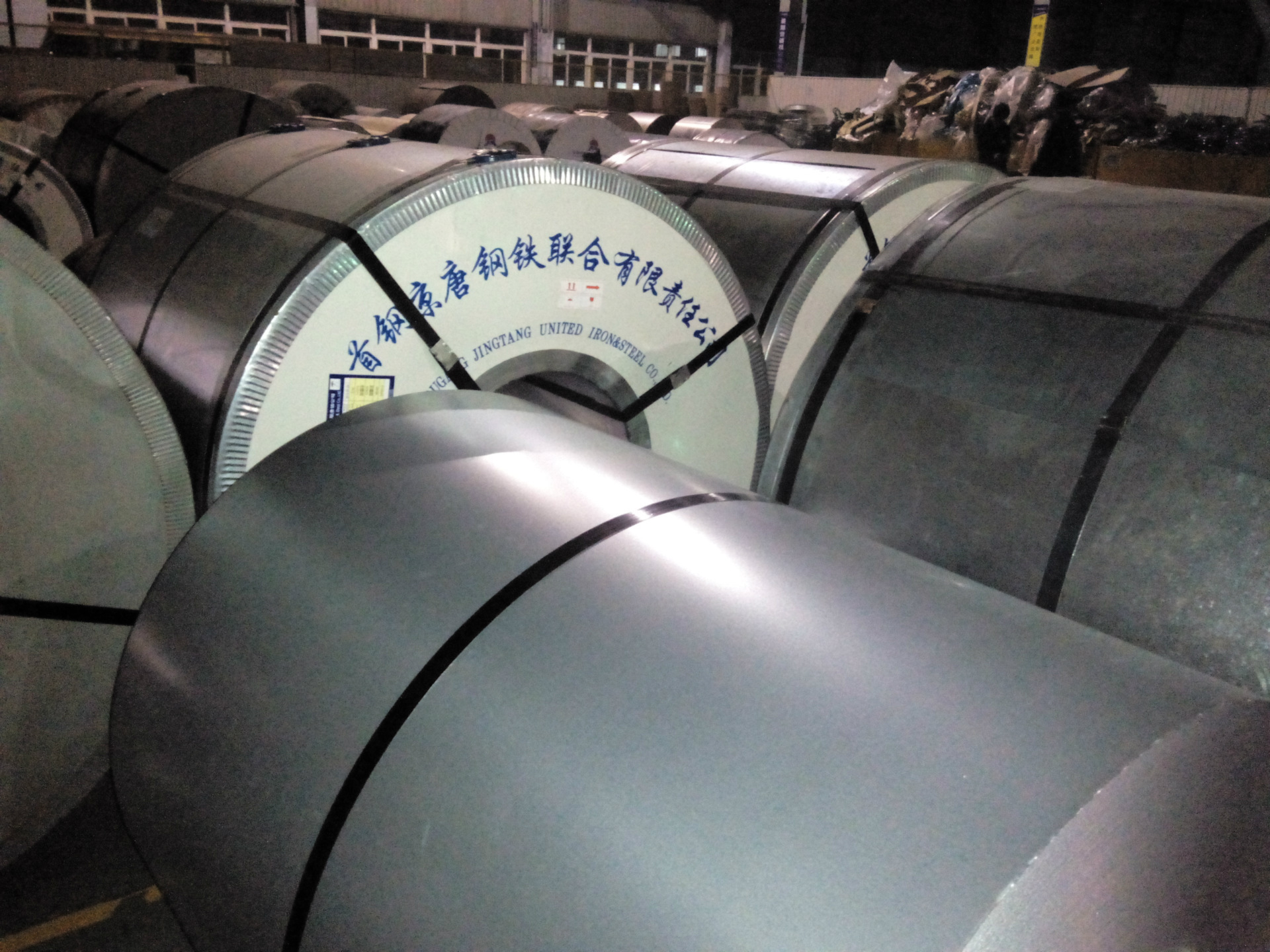 Aluminum-zinc color-coated coil, color-coated corrugated board, movable board house, color-coated st
