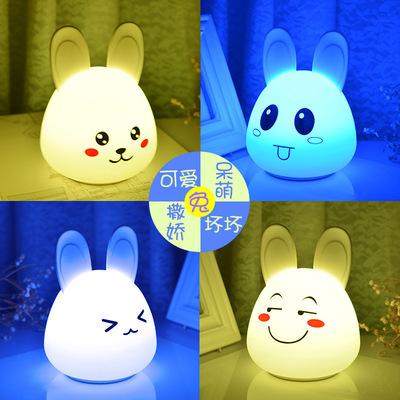 Đèn tường Món quà sáng tạo dễ thương thỏ silicone pat đèn phòng ngủ đèn bàn đầu giường cảm biến hoạt