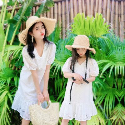 Cha mẹ mặc cho con mùa hè 2021 cô gái mới thêu rỗng váy công chúa kỳ nghỉ Váy Pháp đi biển của mẹ và